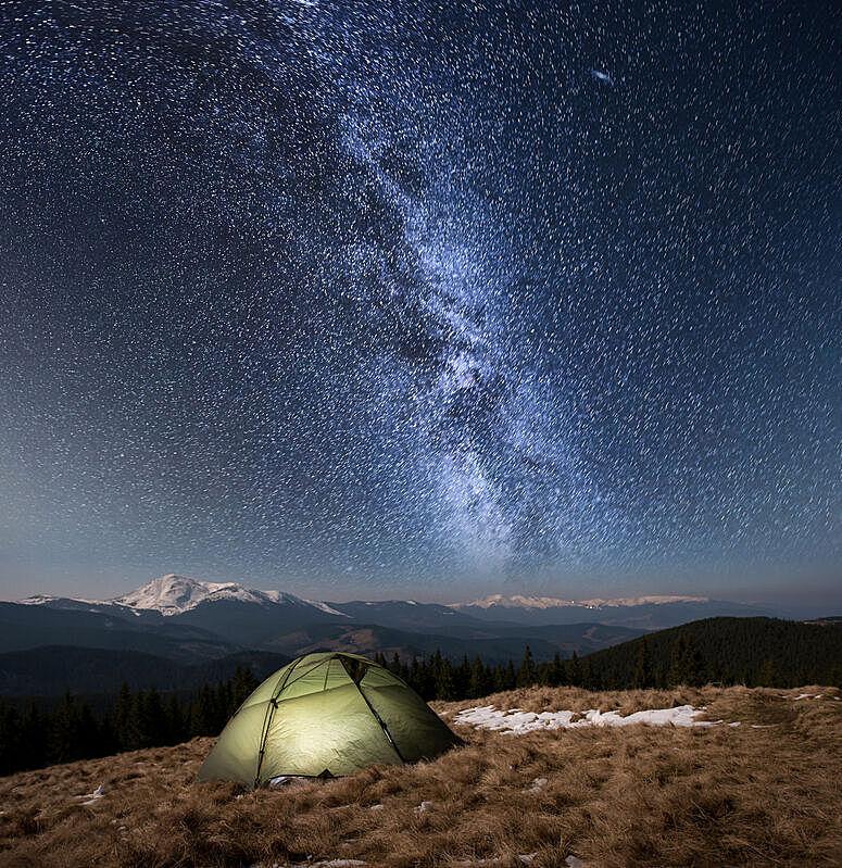 在下面,夜晚,雪,旅行者,山,银河系,帐篷,背景,露营,照亮