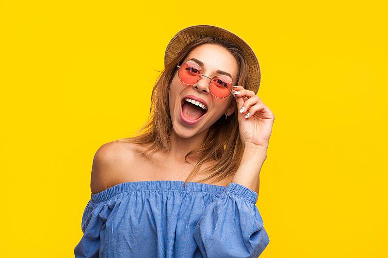 快乐,衣服,夏天,女孩,个人随身用品,美,青少年,留白,水平画幅,注视镜头