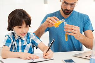化学制品,父子,住宅内部,休闲活动,水平画幅,父母,户外,青春期前儿童,家具,白人