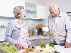 老年伴侣,厨房,中国人,衰老过程,老年人,老年女人,白发,健康食物,亚洲人,老年男人