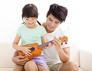 进行中,快乐,女儿,尤克里里琴,父亲,水平画幅,父母,噪声,男性,乐器