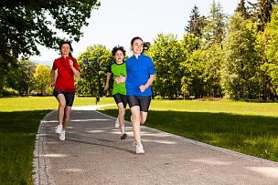 儿童,户外,母亲,慢跑,正面视角,青少年,14岁到15岁,夏天,草,男性