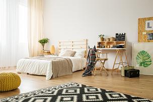 卧室,极简构图,宽的,个人随身用品,留白,水平画幅,无人,板条箱,家具,光