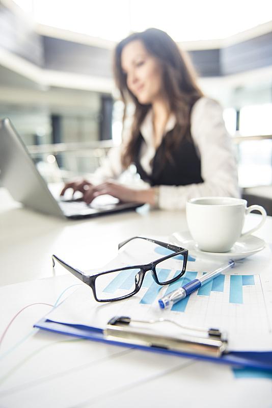 女商人,垂直画幅,美,笔记本电脑,电话机,美人,经理,仅成年人,看,信心