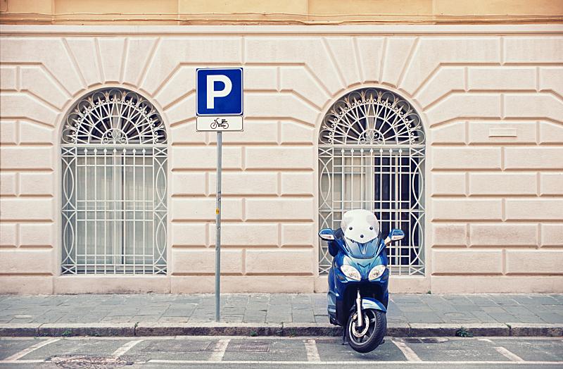 小型摩托车,街道,静止的,停车场,人行道,交通标志,围墙,摩托车,正面视角