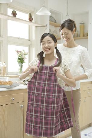 女儿,母亲,围裙,穿衣服,中年女人,独生子女家庭,仅日本人,家庭,食品,烹调