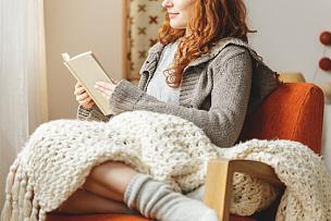 书,女人,休闲活动,家庭生活,家具,仅成年人,明亮,凌乱,斯堪的纳维亚人,青年人
