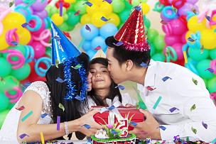 女孩,父母,生日礼物,生日蜡烛,横幅,马来西亚人,印度人,气球,生日,男性