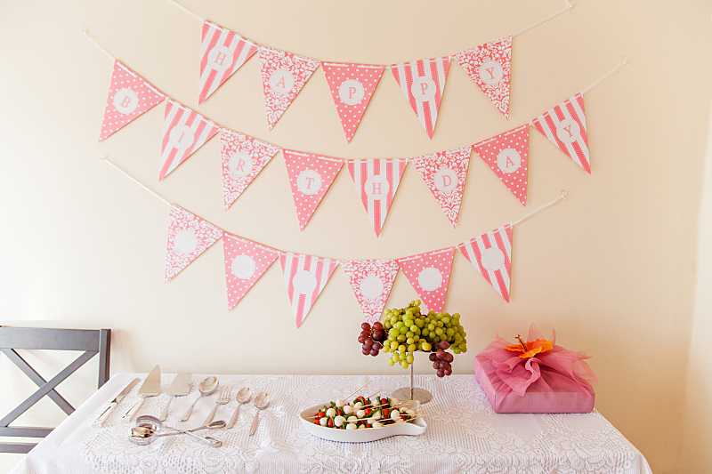 生日,餐位,钳夹,燕尾旗,饮食,自助餐,桌子,水平画幅,餐刀,西红柿