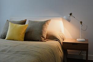 床头柜,灯,卧室,舒服,室内,枕头,白色,床头板,床垫,宾馆套房