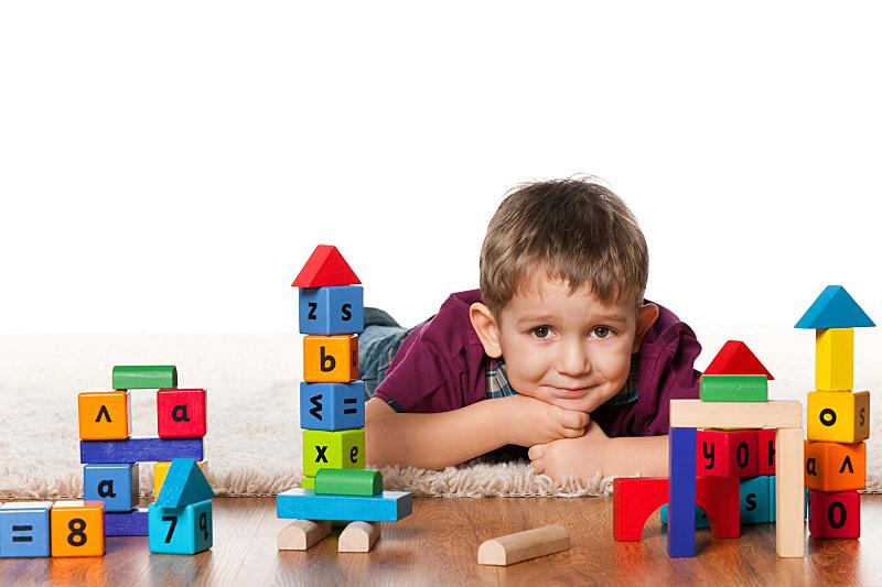 男孩,玩具,室内地面,学龄前,字母,休闲活动,水平画幅,仅男孩,白人,男性