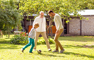 户外,快乐,家庭,橄榄球,球,多代家庭,水平画幅,进行中,父母,古老的