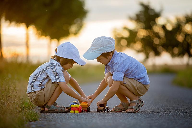 兄弟,户外,男孩,乐趣,两个孩子的家庭,玩具车,休闲活动,陆用车,夏天,男性