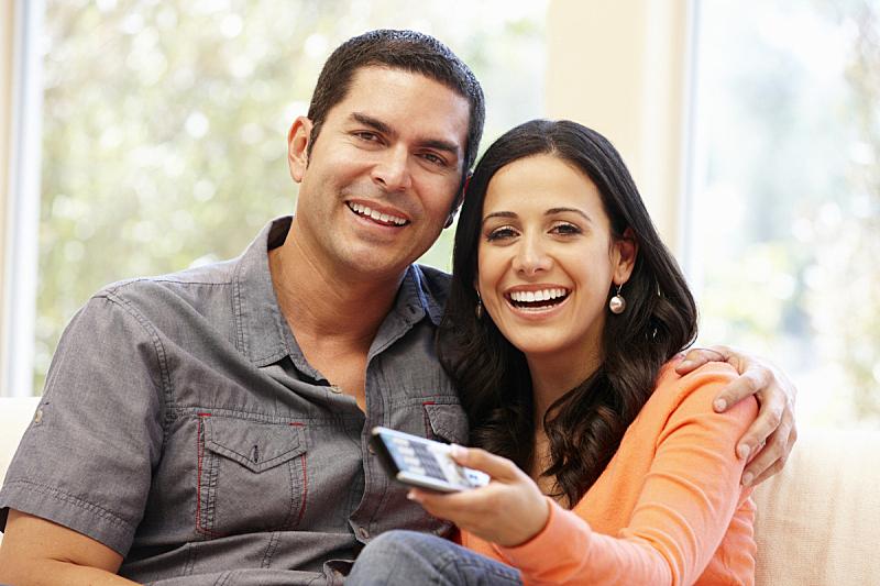 看电视,异性恋,拉美人和西班牙裔人,双人小沙发,dvd,家庭生活,30岁到34岁,男性,仅成年人,沙发