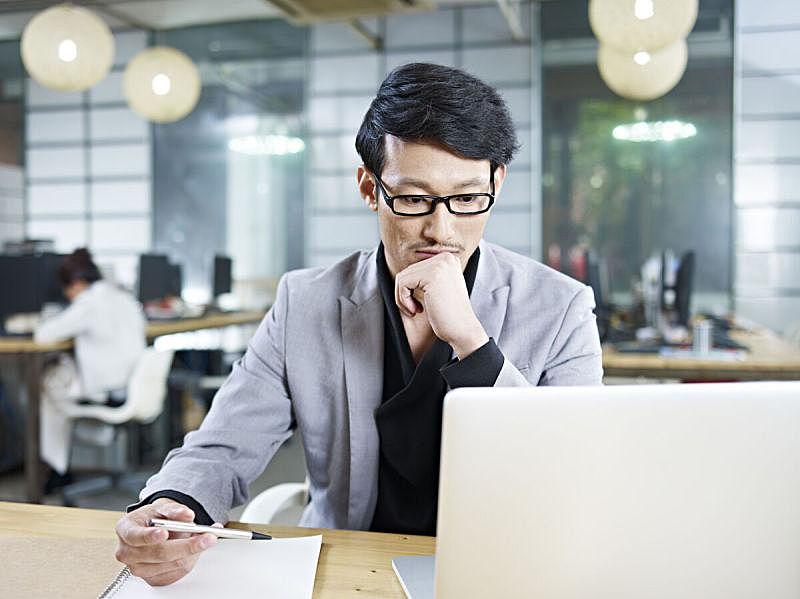 男商人,青年人,办公室,朝鲜民族,朝鲜半岛,日本人,白领,仅成年人,30到39岁,使用手提电脑