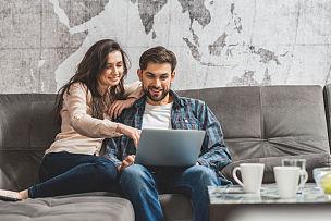 青年男人,计算机,女人,宴会,使用手提电脑,看,妻子,丈夫,沙发,男朋友