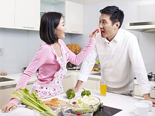 伴侣,厨房,中年伴侣,家庭生活,现代,晚餐,健康生活方式,妻子,中年人,女人