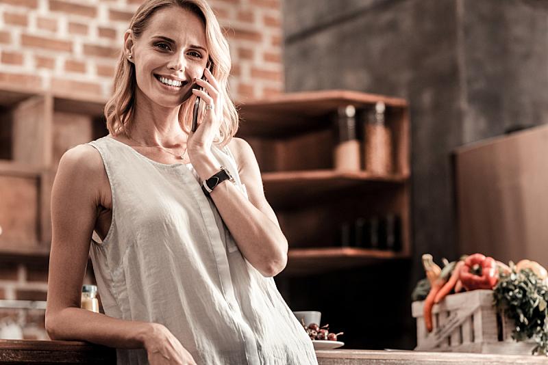女人,电话机,表现积极,欢乐,未来,半身像,智慧,家庭生活,仅成年人,现代