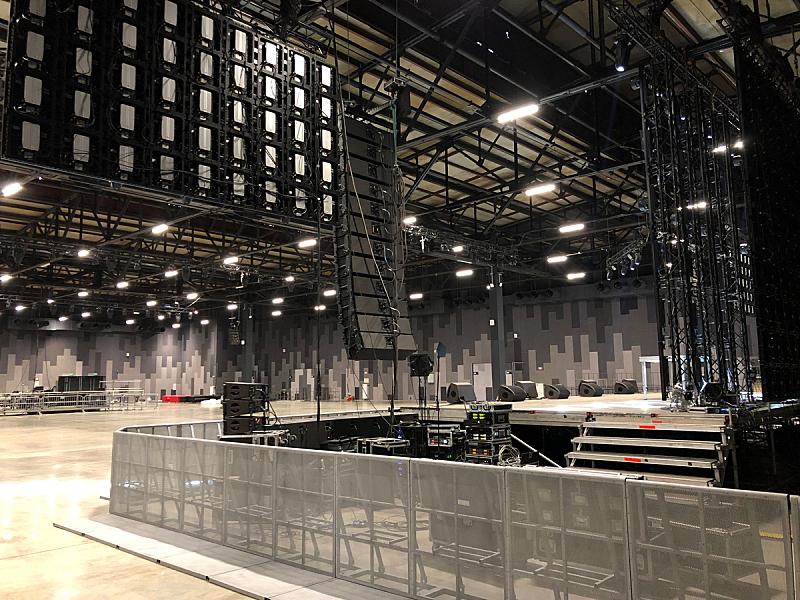 专业人员,扬声器,设备用品,后台,舞台,古典音乐会,建筑施工屏障,居住区,射电望远镜,安装