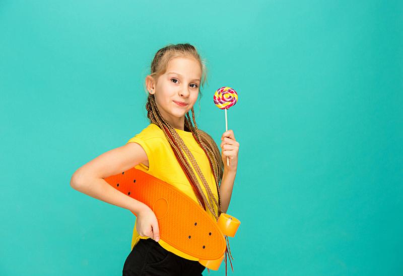 滑板,女孩,拿着,可爱的,彩色背景,滑板坡道,滑板运动,仅一个少女,高中生,女强人