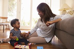 进行中,住宅内部,玩具,母子,室内地面,30到39岁,水平画幅,父母,男婴,独生子女家庭