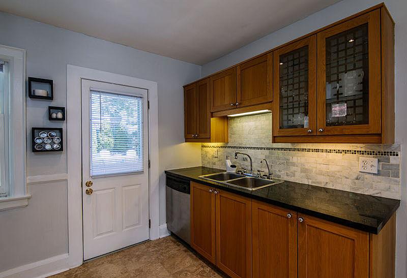 室内,极简构图,厨房,柜子,备餐间,门,冰箱,水龙头,古董,水平画幅