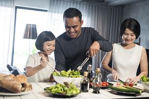 家庭生活,亚洲,家庭,少量人群,半身像,黑发,马来西亚,晚餐,双亲家庭