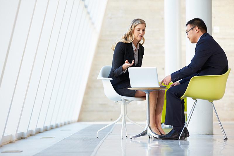 现代,女人,办公室,笔记本电脑,男人,两个人,留白,套装,商务关系,男商人
