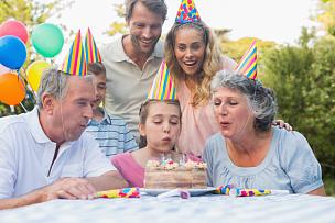 快乐,生日蛋糕,女孩,多代家庭,野餐桌,休闲活动,夏天,生日,男性,祖父