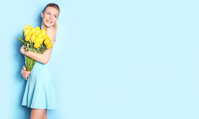 郁金香,青年女人,黄色,拿着,蓝色的连衣裙,平衡折角灯,仅成年人,花束,青年人,人的脸部