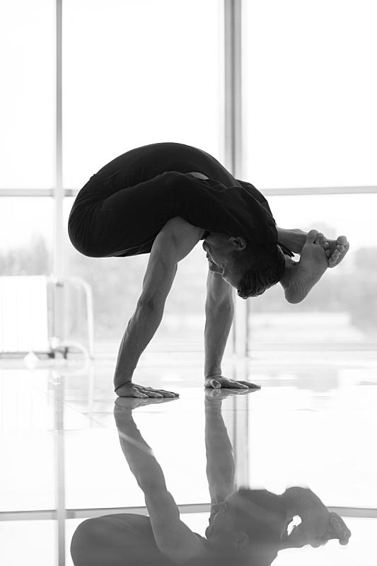 男人,瑜伽馆,垂直画幅,窗户,美人,普拉提 ,运动,黑白图片,成年的,生活方式