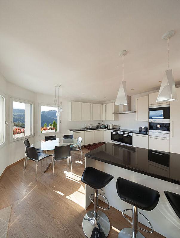 灶台,吧椅,厨房,垂直画幅,座位,墙,透过窗户往外看,无人,椅子,家庭生活