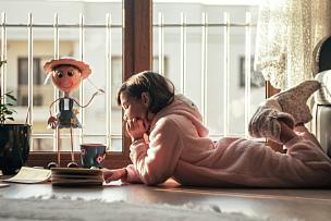 女孩,窗户,书,家庭生活,几乎,仅一个女孩,肖像,仅儿童,儿童,住宅内部