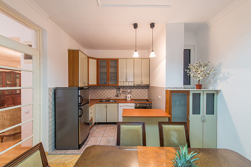 公寓,室内,厨房,居住区,独立灶台,高柜,抽屉柜,饭厅,住宅房间,桌子