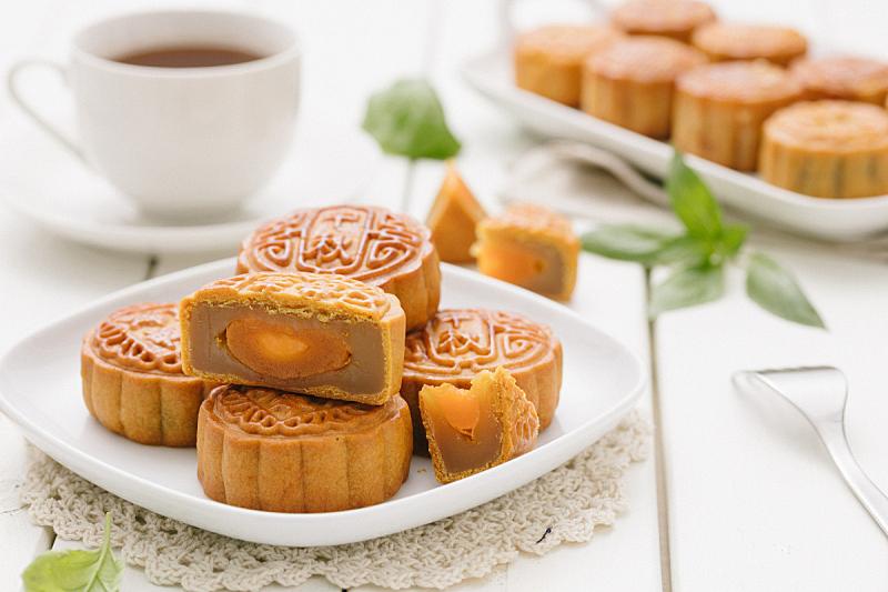 月饼,中秋节,薄荷叶,切片食物,小吃,鸡蛋,蛋黄,盘子,中国食品,水平画幅