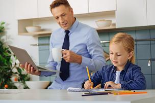 知识,女孩,效率,可爱的,未来,智慧,家庭生活,未成年学生,现代,单亲父亲