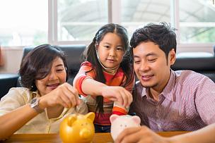 亚洲,家庭,救球,小猪扑满,储蓄,水平画幅,银行,父母,伴侣,白人
