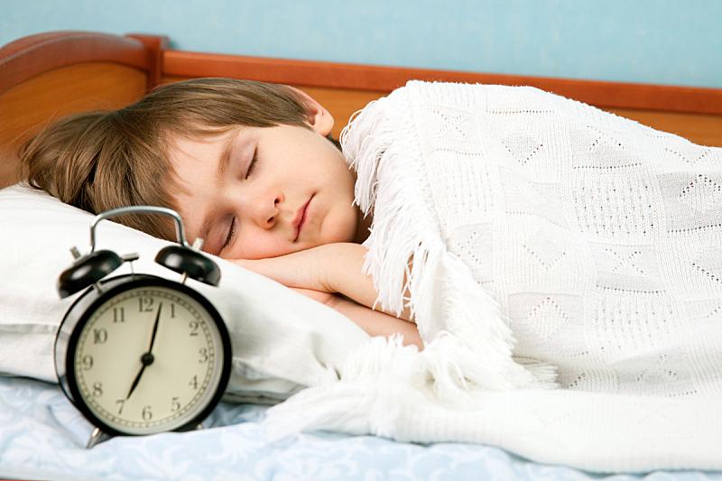 男孩,床,小的,水平画幅,夜晚,早晨,时间,白人,钟,疲劳的