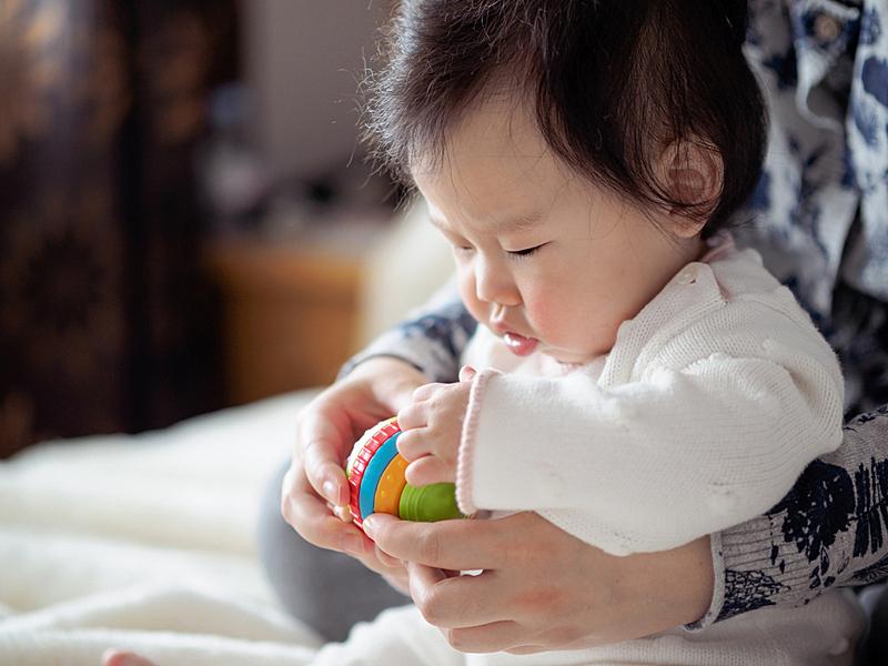 进行中,母亲,女婴,亚洲,玩具,美,水平画幅,美人,单身母亲,白色