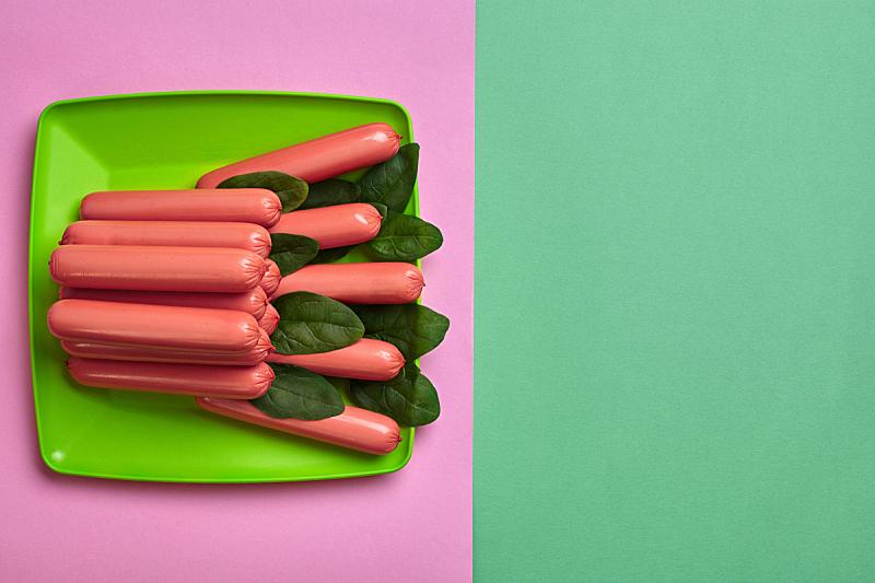 香肠,极简构图,粉色,顶部,平铺,背景,视角,绿色,经加工的肉,水平画幅
