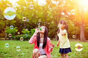 肥皂泡,公园,乐趣,母女,吹泡泡,户外,泡泡,草坪,庭院,日本人