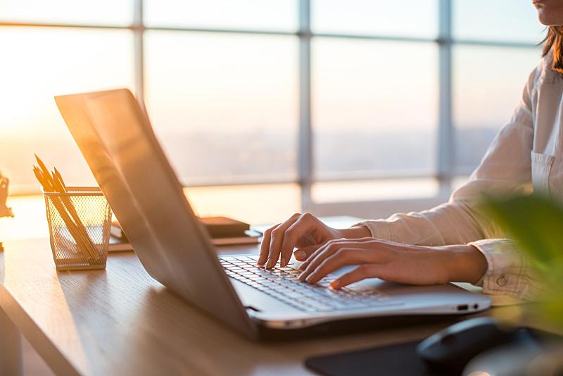 远程工作,工作场所,女性,使用手提电脑,互联网,电子邮件,计算机键盘,刻录机,早晨,电子阅读器
