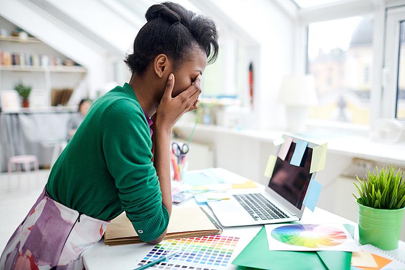 疲劳的,白昼,时尚造型师,情绪压力,多重任务,时尚设计师,过度劳累,设计室,使用手提电脑,仅一个女人