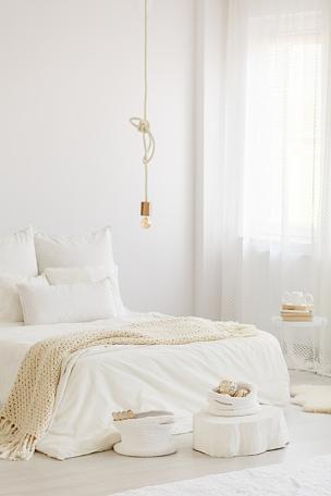 明亮,卧室,室内,垂直画幅,灯,家具,白色,毯子,米色,窗帘