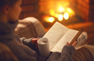 夜晚,冬天,书,手,咖啡杯,壁炉,女孩,休闲活动,水平画幅