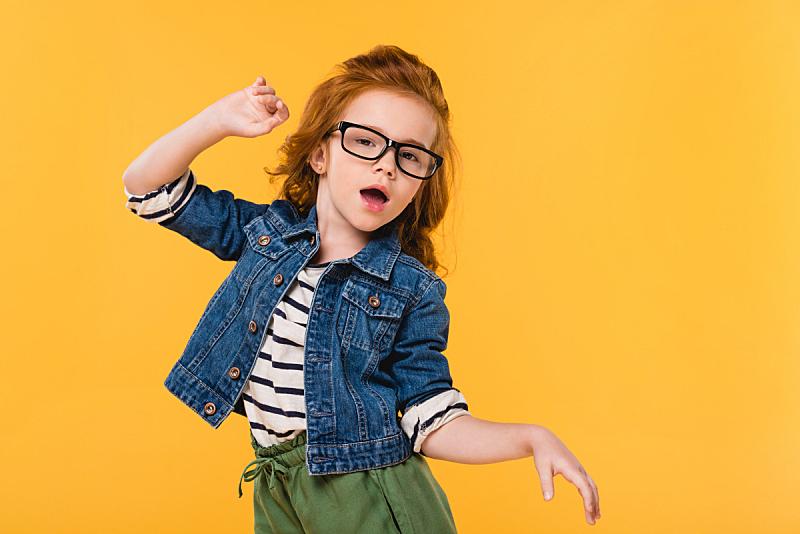 眼镜,儿童,可爱的,舞蹈,小的,分离着色,黄色,注视镜头,留白,学龄前
