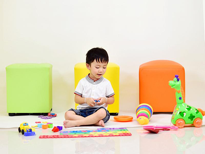 男孩,幸福,玩具,嬉戏的,仅一名男孩,水平画幅,智慧,泰国,男性,明亮