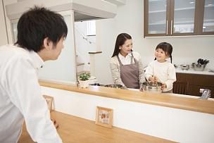 日本人,家庭,厨房,两个孩子的家庭,留白,水平画幅,家庭生活,独生子女家庭,明亮,白色