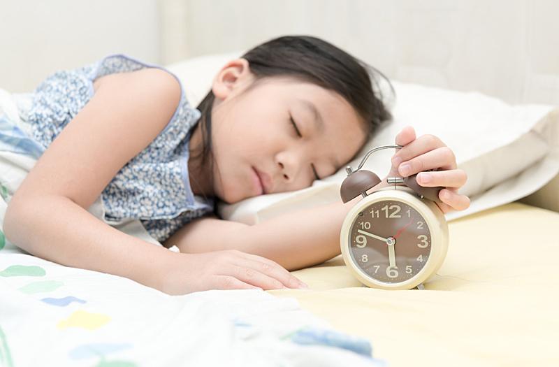闹钟,女孩,举起手,核对时间,就寝时间,水平画幅,早晨,时间,白人,钟