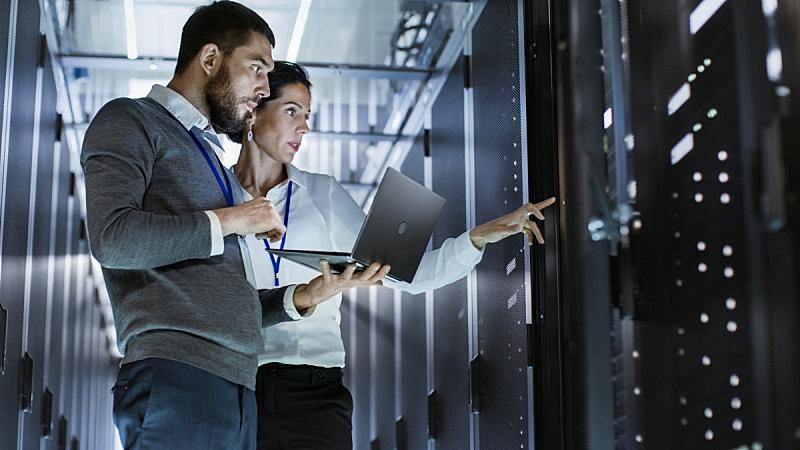 网络服务器,技术员,互联网,支架,柜子,笔记本电脑,职业,拿着,男性,女性